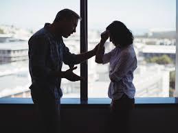 Pareja discutiendo Rehaz tu vida después de una relación tóxica